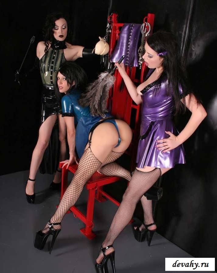 Обнаженные буфера девах в костюмчиках секс фото