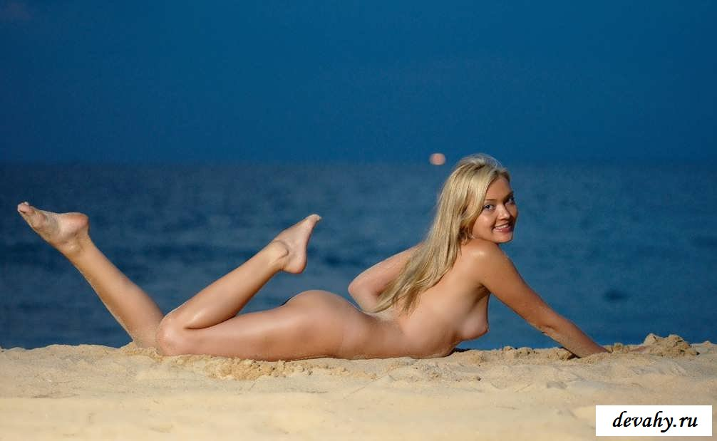Эротика с светловолосой на теплом песочке