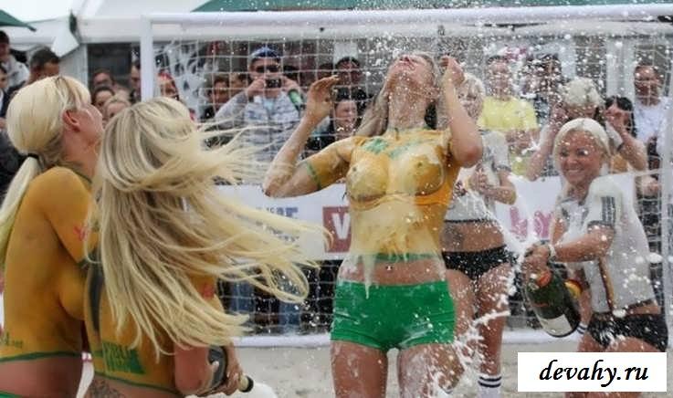 Классный футбол с обнаженными красотками