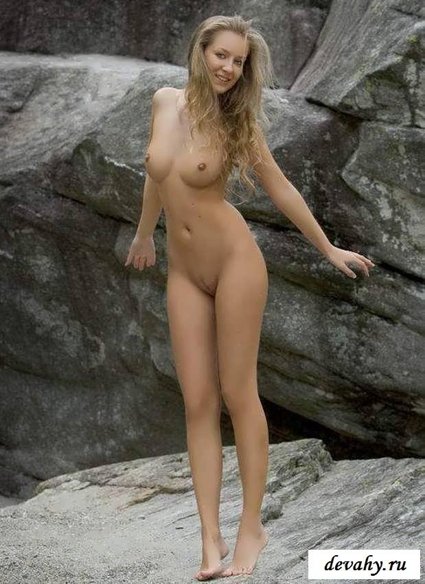 Симпатичная киска голой девчонки