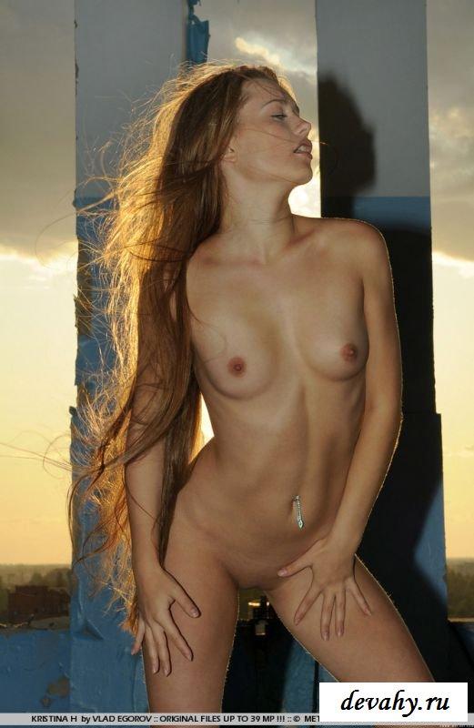 Девушка без нижнего белья на крыше здания (8 изображениях)