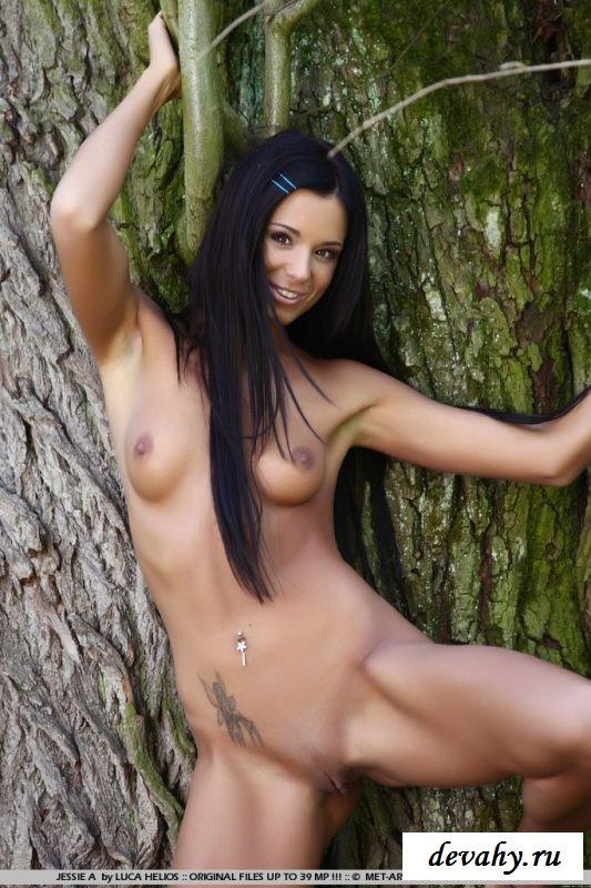 Темная шалашовка с симпатичной голенькой попой (8 изображениях)