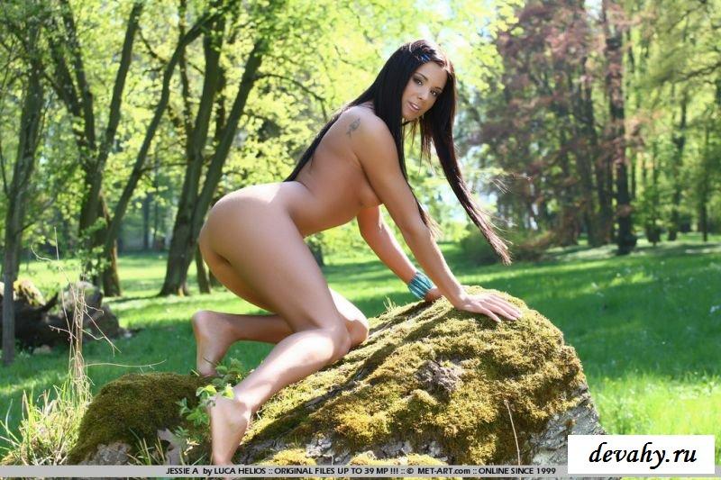 Смуглая проститутка с симпатичной раздетой попкой (8 картинках)