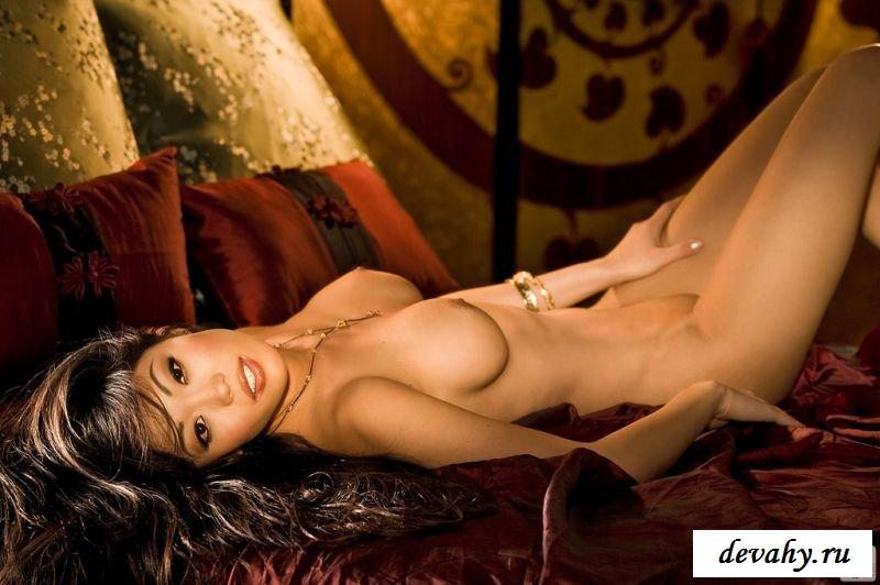 Азиатская школьница оголяется в комнате и шалит (8 картинках)