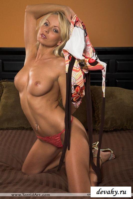 Блондинка в ожидании друга сжала сиськи руками (8 фото)