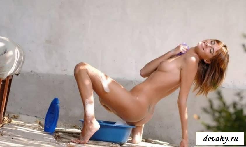 Голая девчонка моется при своем парне