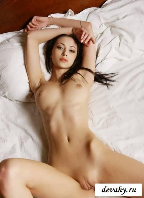 Нежные губки раздетой брюнетки секс фото