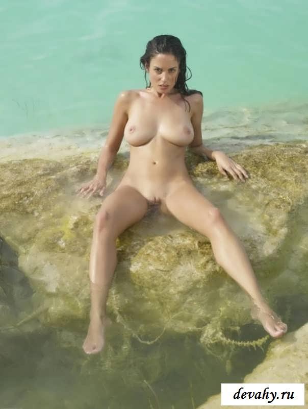 Русская супермодель обнажает  похотливую киску (15 эротических снимков)