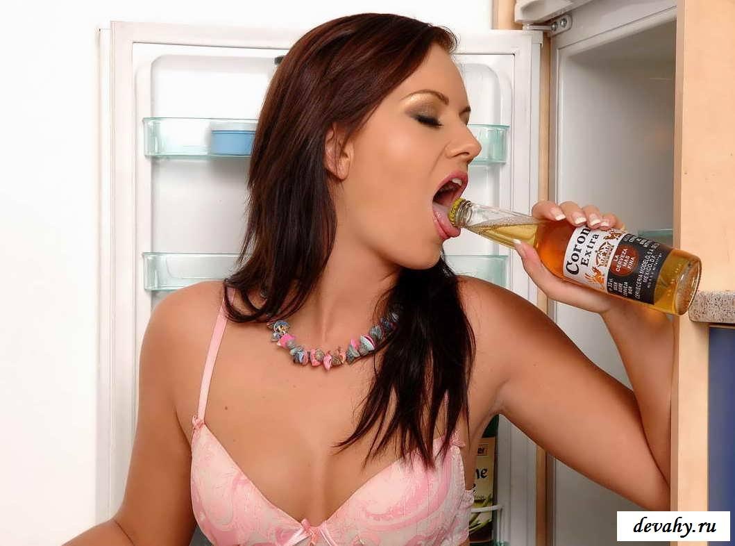 Бутылки в попе возбужденных шлюх (порнография)
