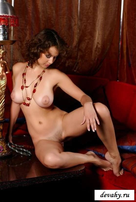 Молодая деваха голая с кальяном (15 фото эротики)