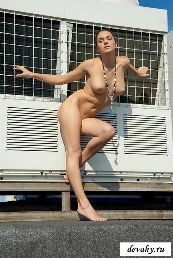 Эротик шоу с симпатичной дивчиной (17 фото эротики)