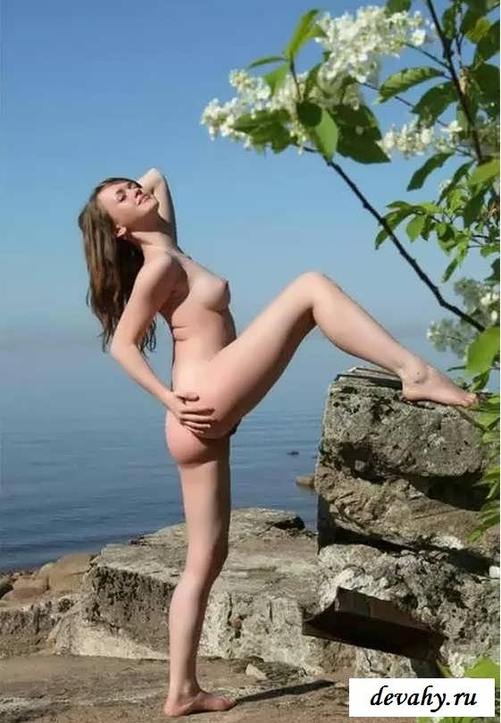 Похотливая девка на пустынном песке (15 эротических снимков)