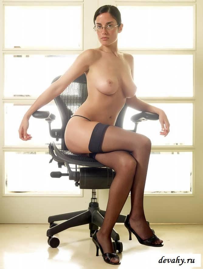 Здоровые цицьки  шлюхи на рабочем месте (15 фото эротики) смотреть эротику