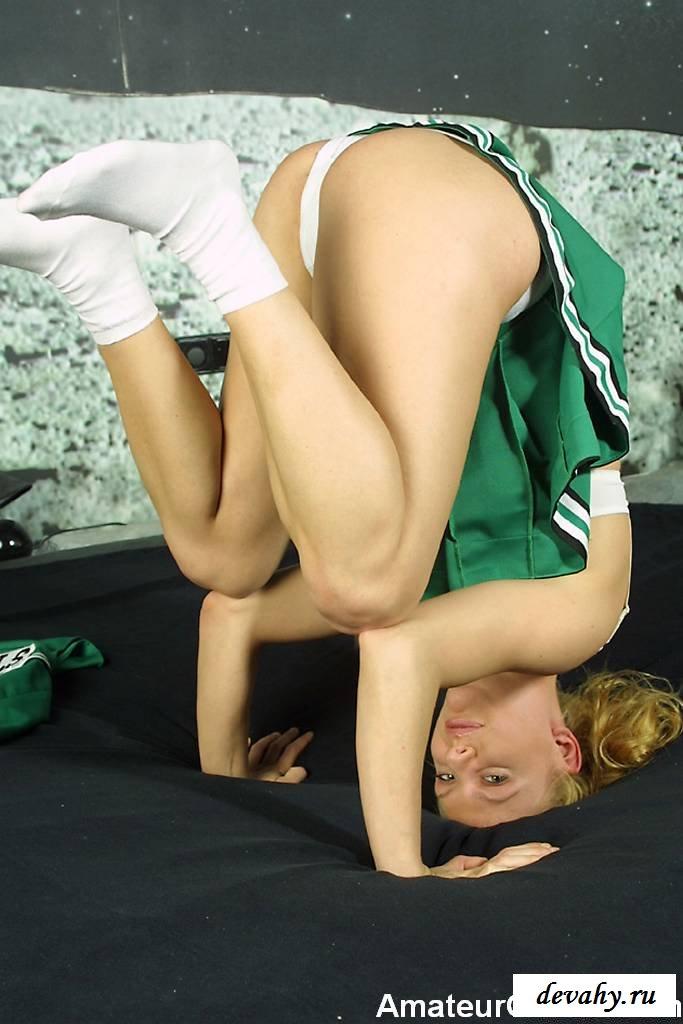 Болельщица в зелёной форме раздвинула ножки
