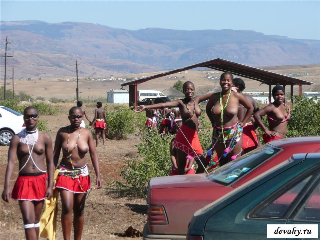 Красивые африканские девушки показывают тела