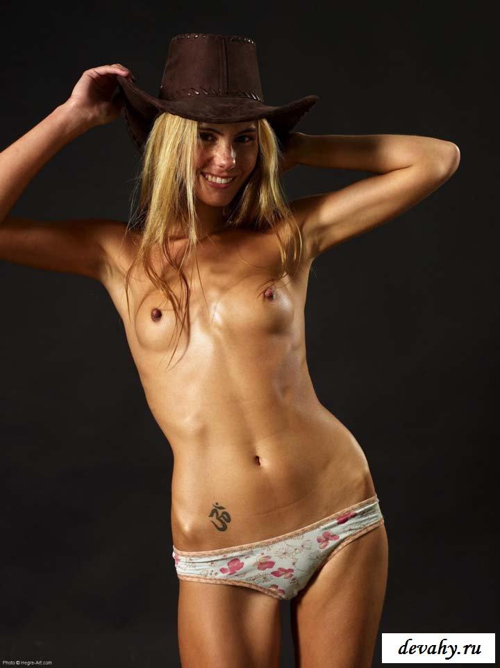 Стройная ковбойша показывает маленькие сиси
