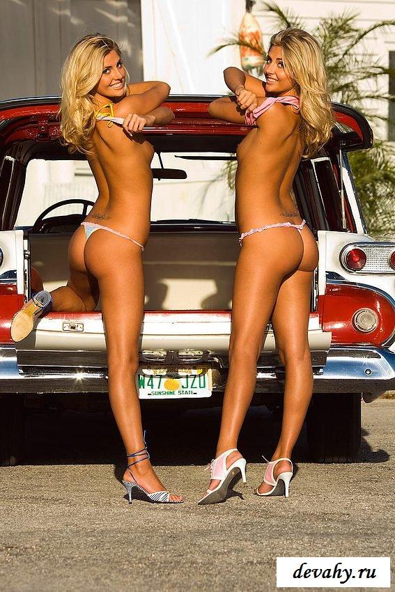 Сёстры разделись у ретро машины