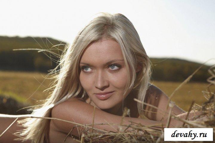 Сексуальная блондинка нагишом в сене
