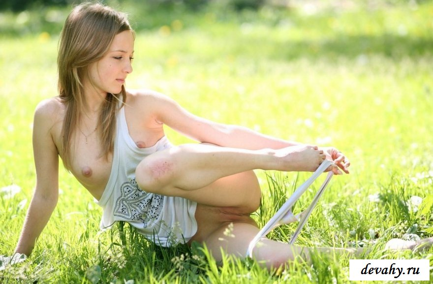 Стройняшка с торчащими сосочками на свежем воздухе
