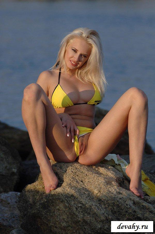 Порнуха в интимном жёлтом бикини