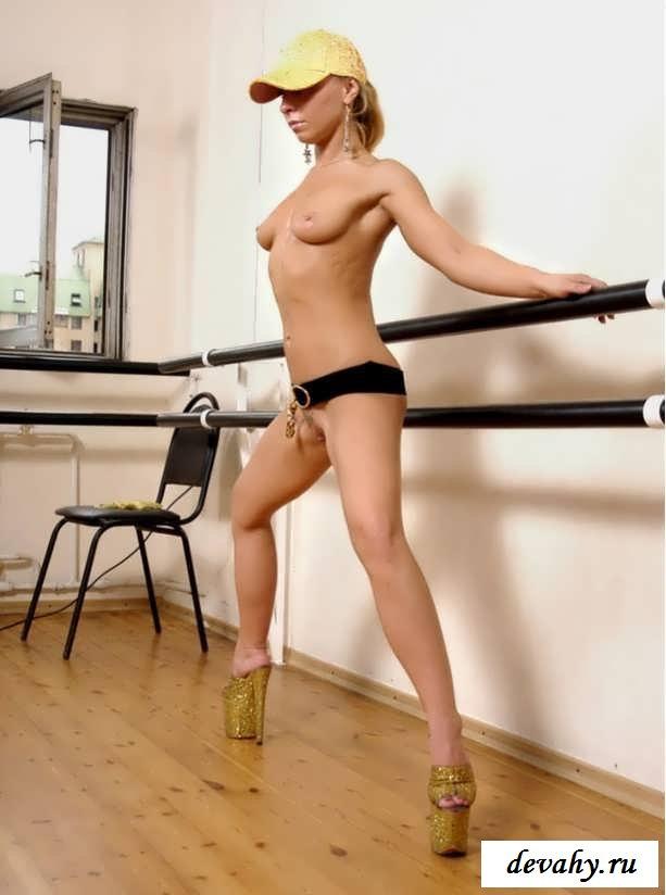 Девушка стоя на руках разводит ноги (16 фото эротики)