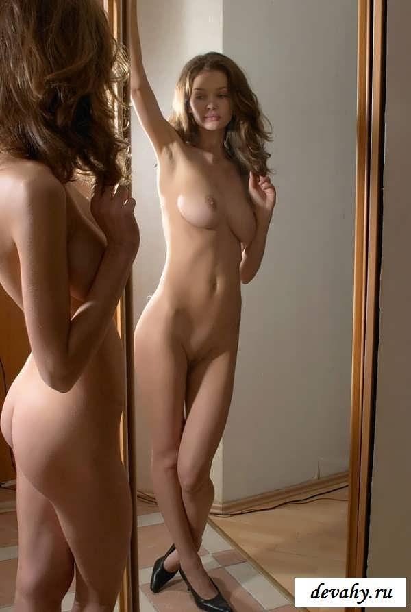 Смазливая шатенка  обнажает свое не прикрытое тело (15 эротических снимков) секс фото