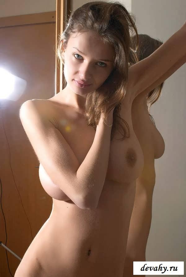 Смазливая шатенка  демонстрирует свое оголенное тело (15 фото эротики)