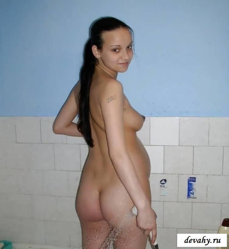 Тёлка в положении принимает душ (эротика)