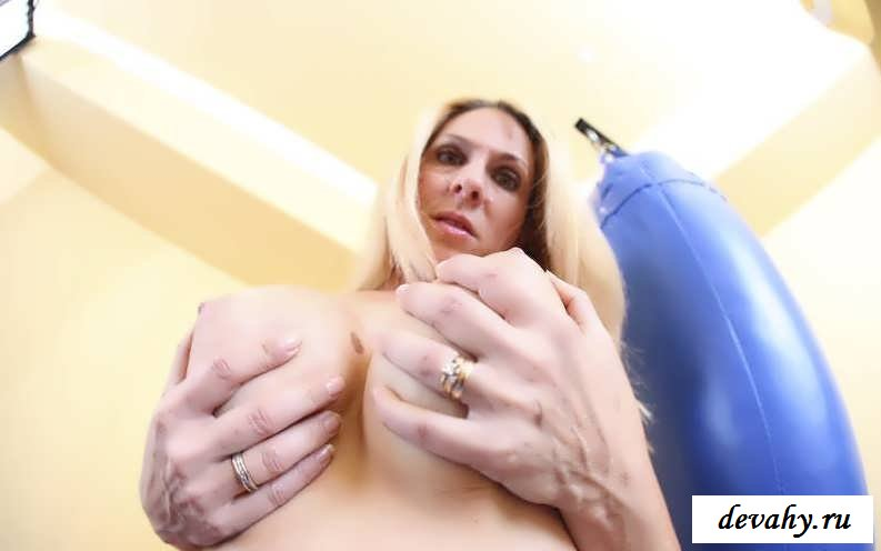 Чокнутая сучка с силиконовым бюстом (16 фоток для взрослых)