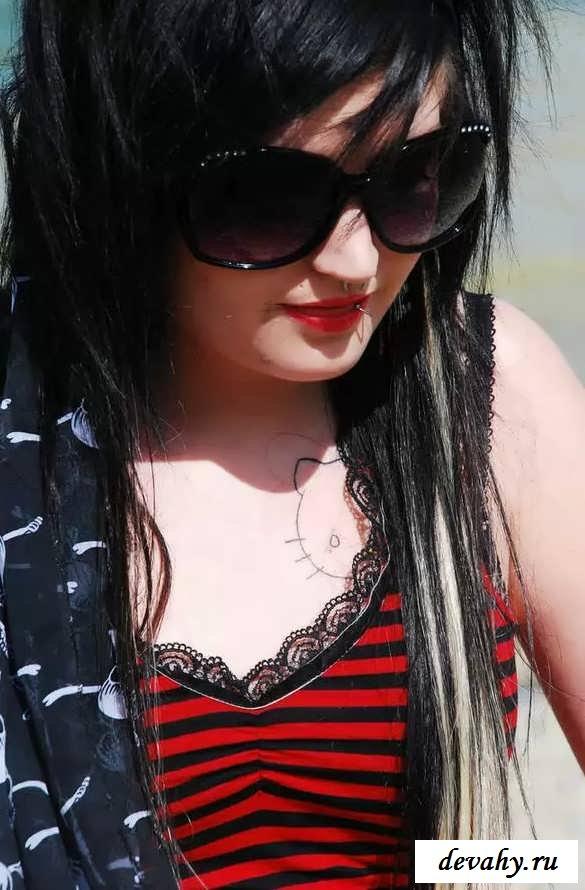 Колготки в сеточку чудной девушки (18 фото эротики)