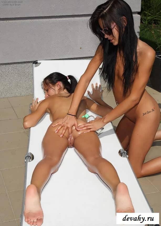Совершеннолетние шлюхи на шезлонге (15 фото эротики) смотреть эротику