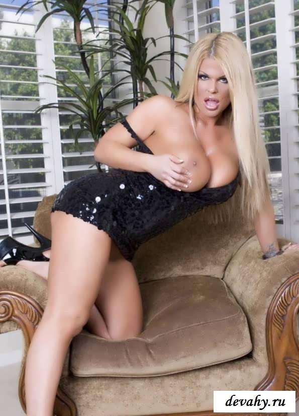 Вызывающая блондиночка Sophia Blonde (порнуха)