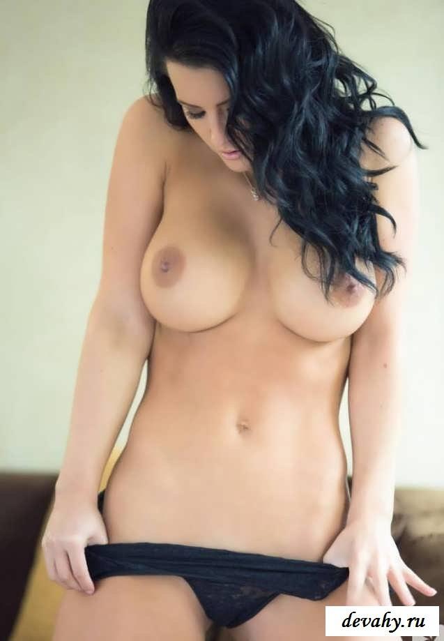 Чернявая чика в интимном наряде (порнуха)