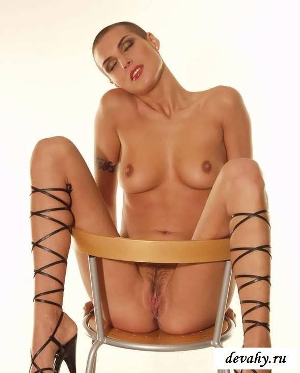 Раздвинутые ноги вульгарной сосульки (эротика)