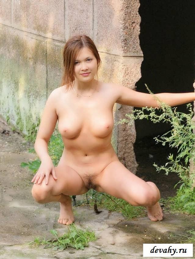 Путана бродит с мохнатой вагиной (обнаженка)