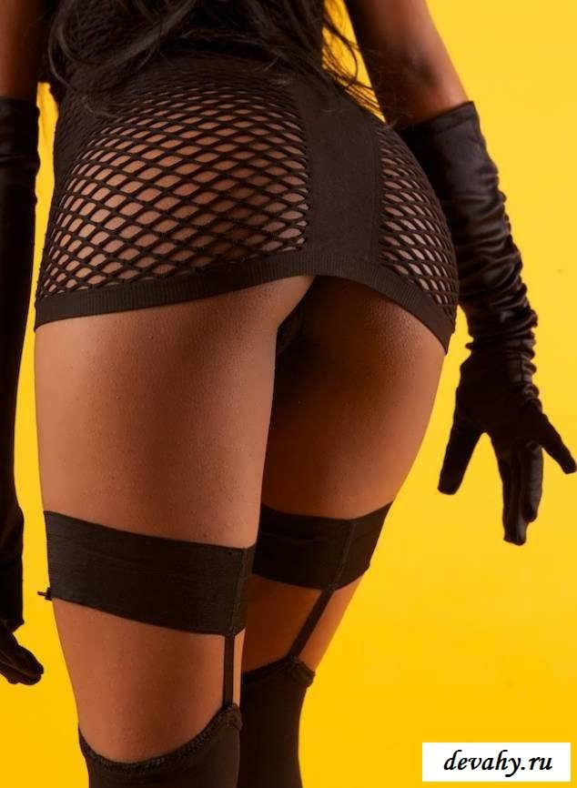 Черная сука с изящной попкой (эротика)