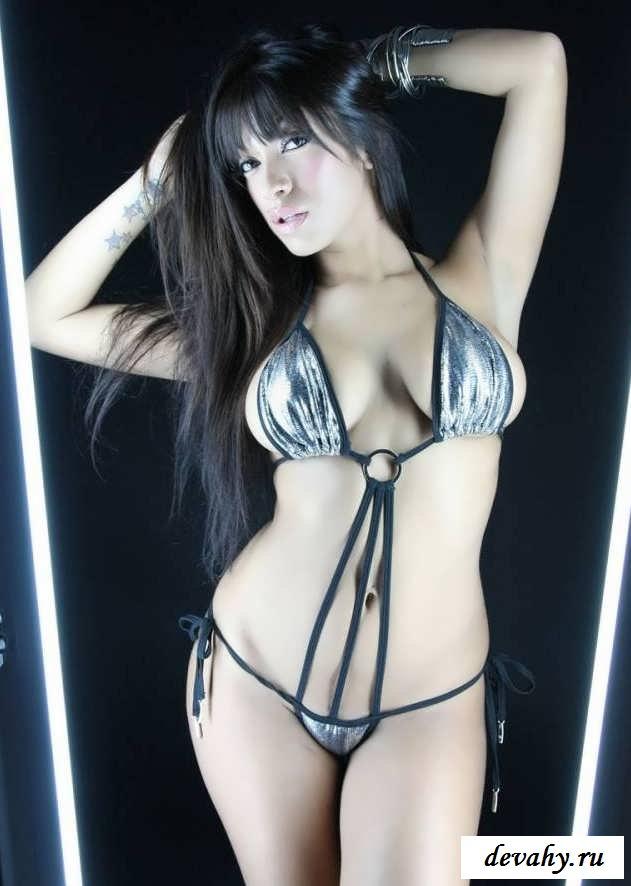 Пышка с крупными буферами в зеркале  (15 фото эротики)