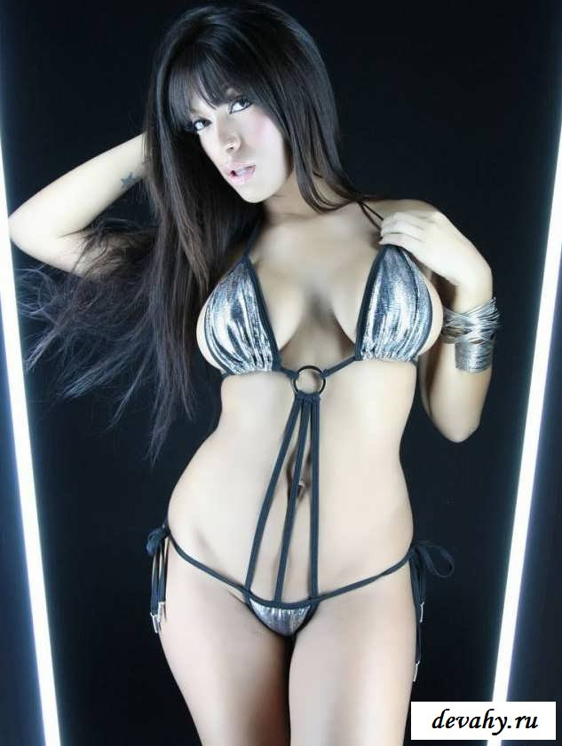 Толстуха с громадными дойками в зеркале  (15 эро фоток)