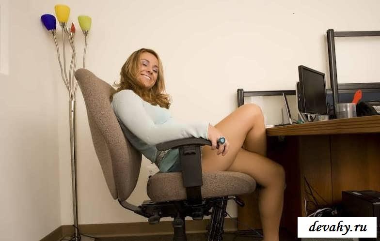 Раздвинутые ноги Молоденькой тёлки (17 эро фотки) секс фото