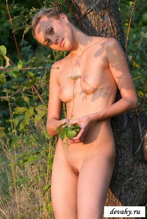 Побритая киска красавицы на природе (эротика)