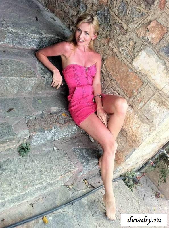 Прекрасная фигурка Елены Чернявской на отдыхе (обнаженка)