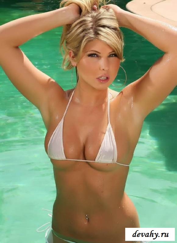 Скромные дойки блондинки в бассейне (эротика)