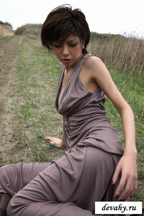 Острые титьки девахи в платье (эротика)