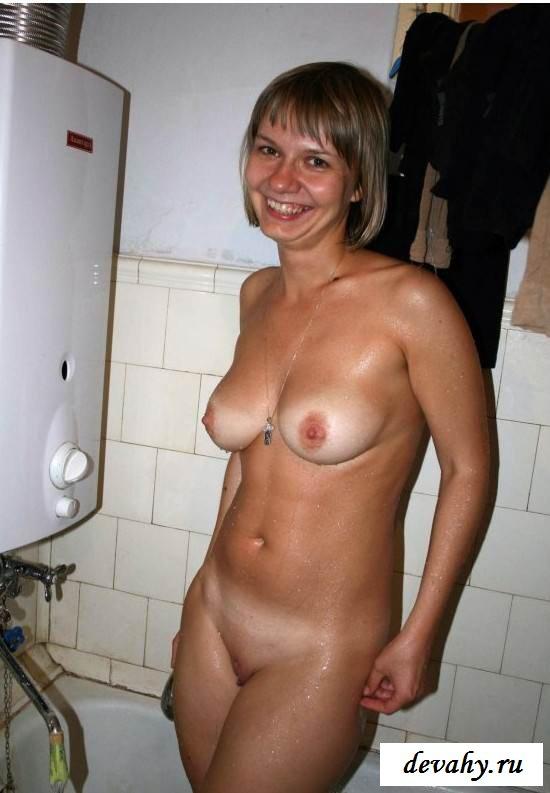 Матерые тетки принимают душ (эротика)