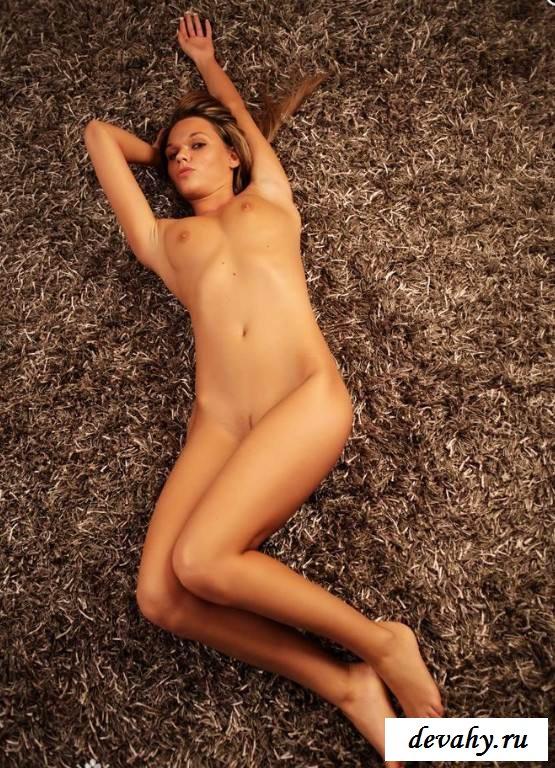 Хорошенькая грудь лежащей девицы  (15 фото  эротики)