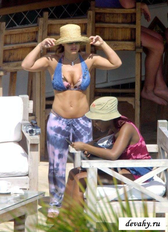 Певица Anastacia раздевается на отдыхе  (17 фото эротики)
