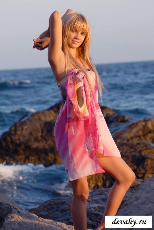 Обнаженка Ursula на морском берегу (15 эротических снимков)