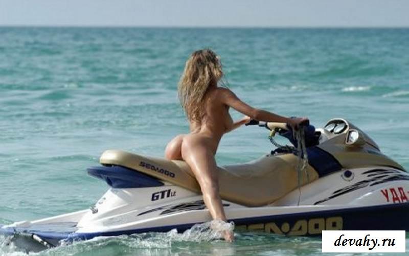 Фотомодель обнаженная катается на гидроцикле (15 эротических снимков)