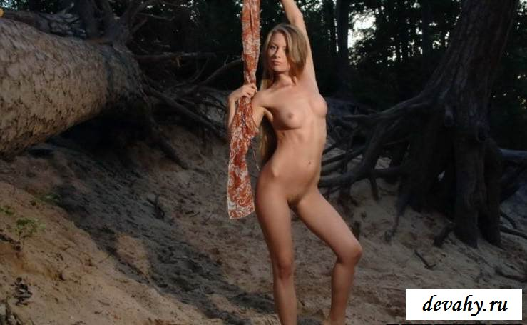 Пухлые губки голенькой девахи (15 фото эротики)
