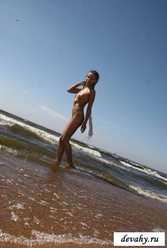 Попка голой девочки на волнах прибоя (эротика)